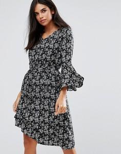 Платье с расклешенными рукавами и цветочным принтом Yumi - Черный