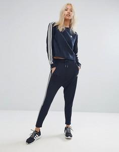 Темно-синие трикотажные брюки с заниженным шаговым швом adidas Originals - Темно-синий