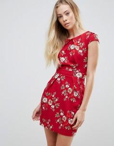 Платье-футляр с цветочным принтом QED London - Красный