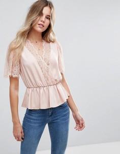 Блузка с запахом и кружевной отделкой ASOS - Розовый