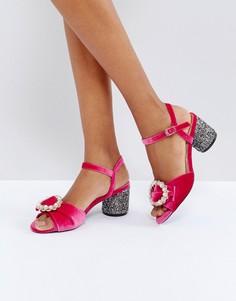 Босоножки на блестящем блочном каблуке с брошью River Island - Розовый