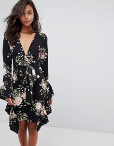 Платье с цветочным принтом и оборками PrettyLittleThing - Черный