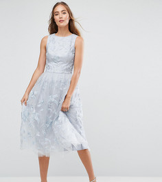 Кружевное платье миди с 3D цветами Chi Chi London Tall - Серый