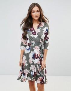 Платье миди с цветочным принтом и оборкой QED London - Зеленый