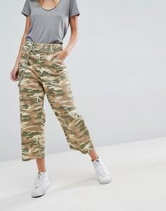 Укороченные джинсы с камуфляжным принтом ASOS - Зеленый