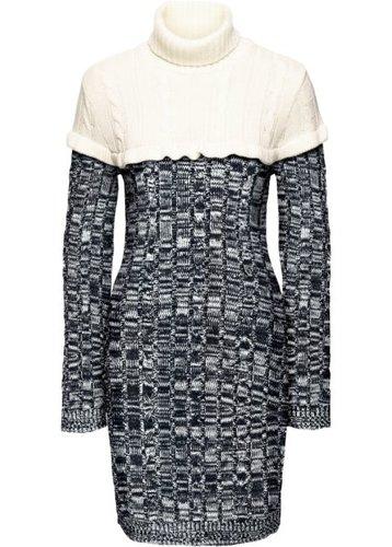 Вязаное платье с высоким воротником (черный/кремовый)