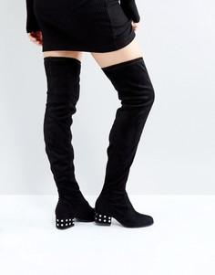 Ботфорты с серебристыми заклепками на среднем каблуке London Rebel - Черный