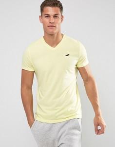 Узкая желтая рубашка с V-образным вырезом и логотипом Hollister - Желтый
