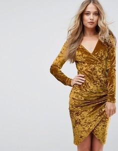 Бархатное платье с запахом и присборенной отделкой по бокам Club L - Желтый