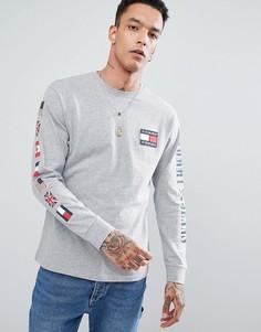 Серый меланжевый лонгслив с логотипом-флажком на спине в стиле 90-х Tommy Jeans Capsule - Серый