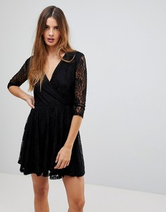 Короткое приталенное платье из кружева с запахом Wal G - Черный