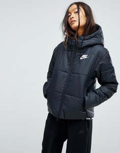 Короткая дутая куртка с названием бренда на поясе Nike - Черный