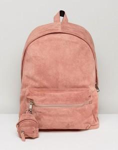 Розовый замшевый рюкзак с брелком в виде рюкзака ASOS - Розовый