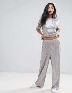 Широкие брюки с эффектом металлик ASOS - Серебряный