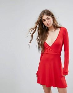Приталенное платье с запахом Missguided - Красный