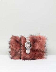 Клатч из искусственного меха с пряжкой New Look - Розовый