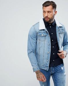 Светлая джинсовая куртка с воротником из искусственного меха boohooMAN - Синий