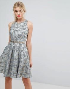 Жаккардовое короткое приталенное платье с поясом Closet London Premium - Золотой
