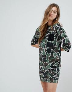 Платье-футболка с камуфляжным принтом adidas Originals - Мульти