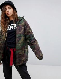 Дутая оверсайз-куртка с камуфляжным принтом и капюшоном Vans - Зеленый