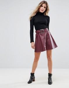 Короткая расклешенная юбка из искусственной кожи с ремнем ASOS - Красный