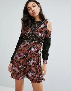 Платье с вырезами на плечах и цветочным принтом Boohoo - Мульти