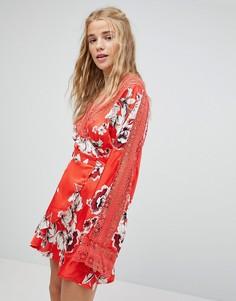 Чайное платье с запахом и цветочным принтом Kiss The Sky - Красный