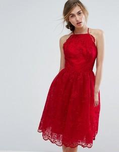 Кружевное платье с высоким воротником и фигурными краями Chi Chi London - Красный