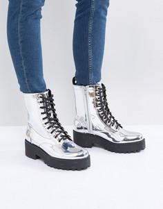 Байкерские ботинки с эффектом металлик Monki - Серебряный
