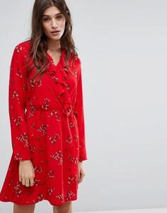 Чайное платье с оборкой и цветочным принтом Vero Moda - Красный