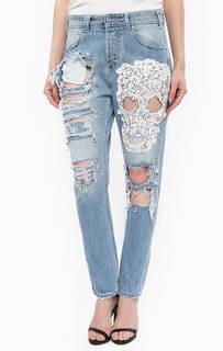 Рваные джинсы бойфренд с нашивкой MET