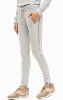 Серые спортивные брюки с серебристым принтом Juvia