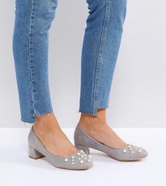 Серые туфли для широкой стопы на среднем каблуке с отделкой искусственным жемчугом Lost Ink - Серый