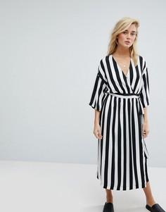 Платье в черно-белую полоску с запахом и рукавами-кимоно Moss Copenhagen - Черный