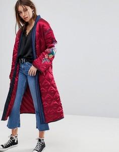 Стеганая атласная куртка с запахом и цветочной вышивкой Glamorous Premium - Красный