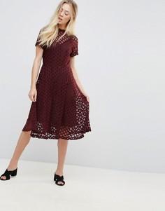 Кружевное приталенное платье миди с шифоновой комбинацией Goldie - Красный