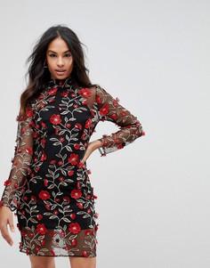 Платье с высоким воротом и вышитыми красными розами Club L - Черный