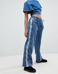 Спортивные брюки из денима с кнопками по бокам ASOS - Синий