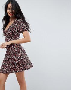 Чайное платье мини на пуговицах с V-образным вырезом и цветочным принтом ASOS - Мульти
