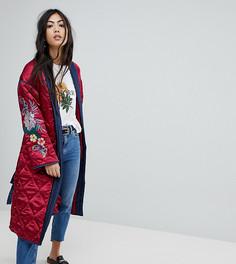 Стеганая куртка с запахом и цветочной вышивкой Glamorous Petite Premium - Красный