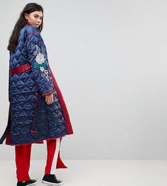 Атласная стеганая куртка с запахом и цветочной вышивкой Glamorous Tall Premium - Красный