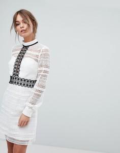 Кружевное платье мини с контрастными строчками и вырезом на спине Chi Chi London - Белый