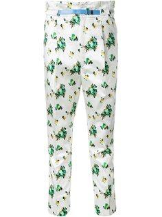 укороченные брюки с цветочным принтом Toga
