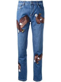 джинсы-бойфренды с вышитыми орлами Each X Other