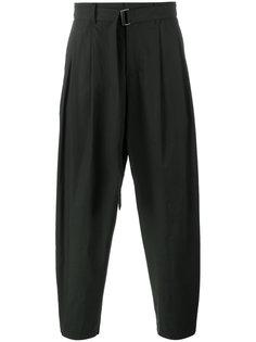 брюки с пряжкой на поясе Kazuyuki Kumagai