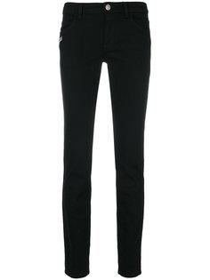 джинсы с декором в виде булавки Versus