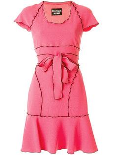 платье с контрастной отделкой и поясом  Boutique Moschino