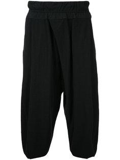 укороченные брюки с заниженным шаговым швом Julius