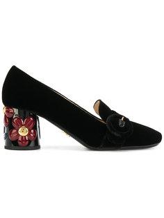 лоферы на каблуке с цветами Prada