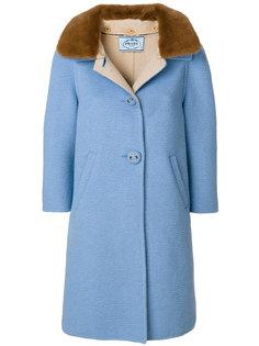 пальто с рукавами три четверти и меховым воротником  Prada